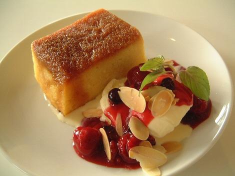D&DEPARTMENT DINING TOKYO:世田谷区奥沢:あたたかいパンプティング<br /> バニラアイスとベリーソース添え 630円