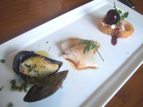 TARLUM(タールム):渋谷代々木公園・前菜:ムール貝のオーブン焼き 巨峰の赤ワイン煮 鶏肉のスチーム