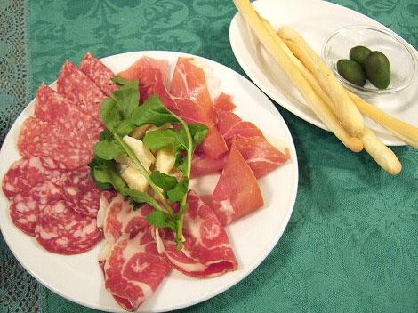 タントテンポ(TANTO TENPO):神奈川県葉山町堀内:プロシュート、サラミ、チーズ、オリーブ、グリッシーニ